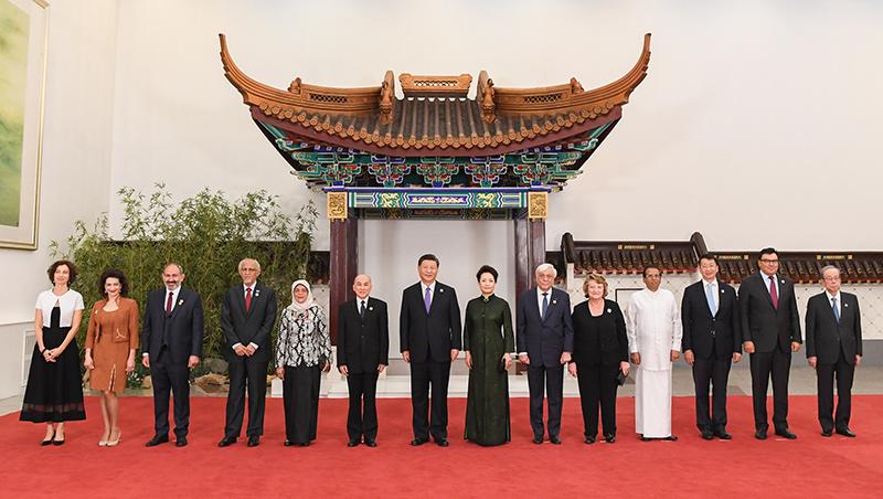 시진핑 주석과 펑리위안 여사, 아시아문명대화대회 참석 외국 지도자 부부와 귀빈 환영