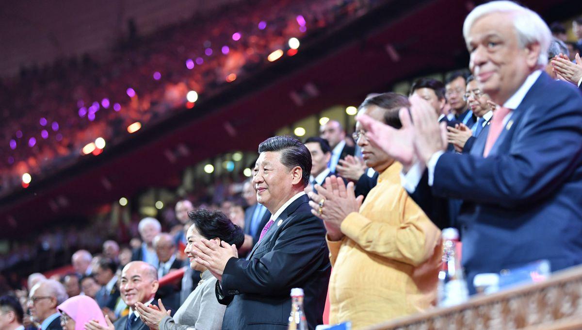 시진핑 주석과 펑리위안 여사, 아시아문명대화대회에 참석한 외국 지도자 부부와 함께 아시아 문화 카니발 행사에 참석
