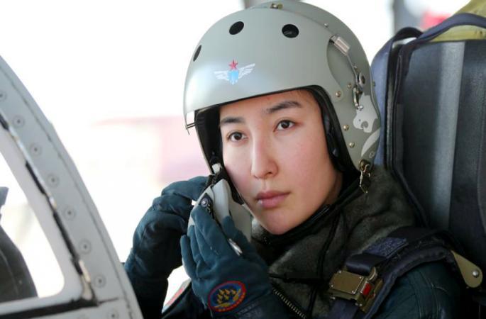중국 최초의 여성 전투기 비행사 '위풍당당'