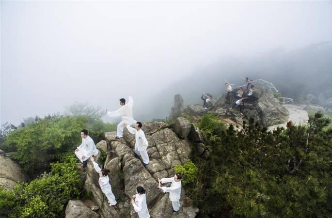 """中 쐉펑산(雙峰山)서 요가-태극권 """"대결"""""""