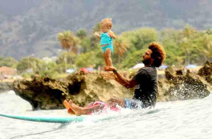 美29세 아빠, 9개월 된 딸과 함께 서핑 묘기 펼쳐