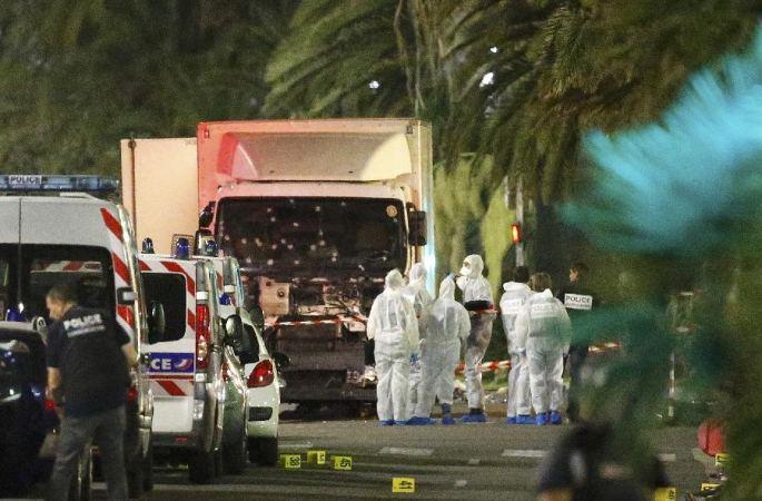 프랑스 니스 트럭 인도로 돌진...최소 77명 숨져, 2명 중국 공민 부상