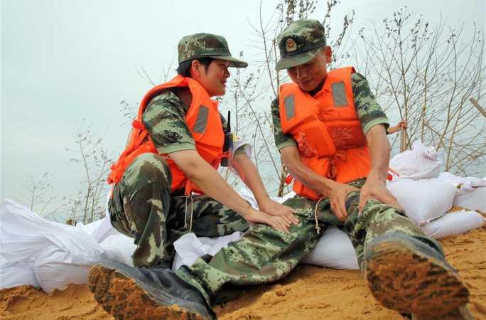 최전선에서 홍수와 싸우는 '부부 병사'