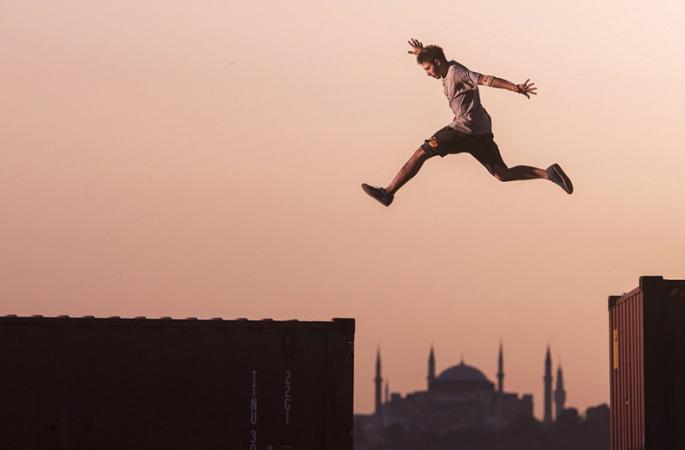 터키 남자들 50미터 컨테이너서 자유 도약