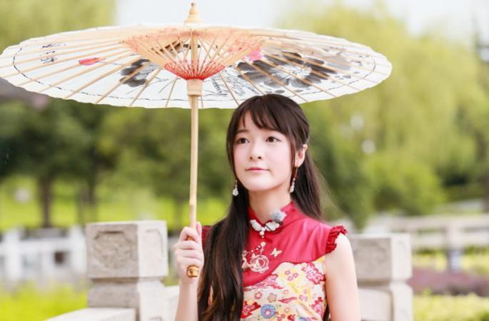 배우 쉬자요 예능 출연, 다홍빛 치마+유지우산…'중국 고풍미인의 정석'