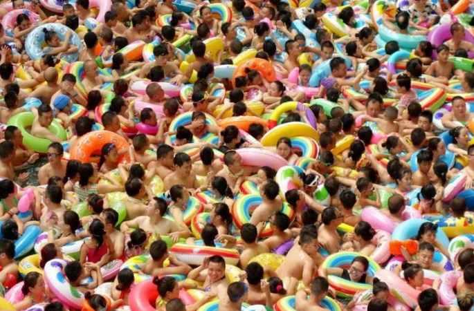 쓰촨 관광객 물놀이 피서…수영장 '인산인해'