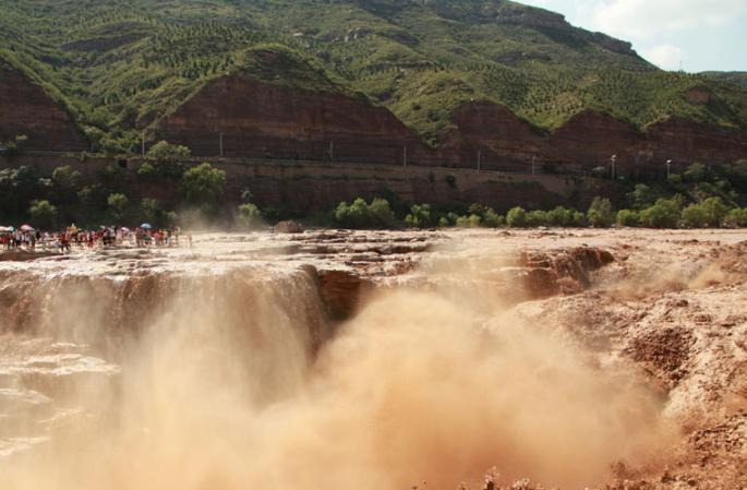홍수 계절의 후커우 폭포