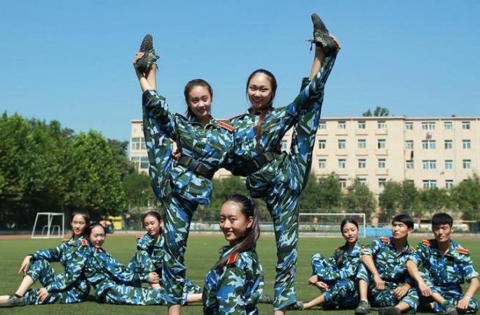 베이징복장학원 신입생 군사훈련 시작…초절정 미녀 학생들 놀라운 유연성에 '헉'