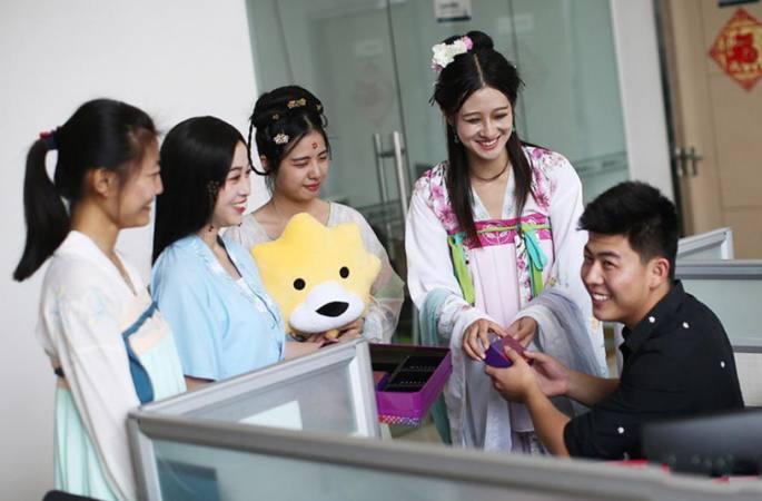 한푸 미녀 大학생 택배원으로 변신, 월병과 축복 전달