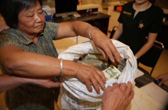 잔돈 모아 집 계약한 노부부, 사무소 바닥에 돈 쫙 깔려