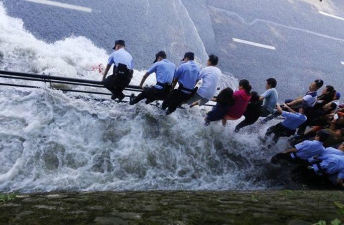첸탕강 조수 항저우 도착...강변 도로 순식간에 침몰