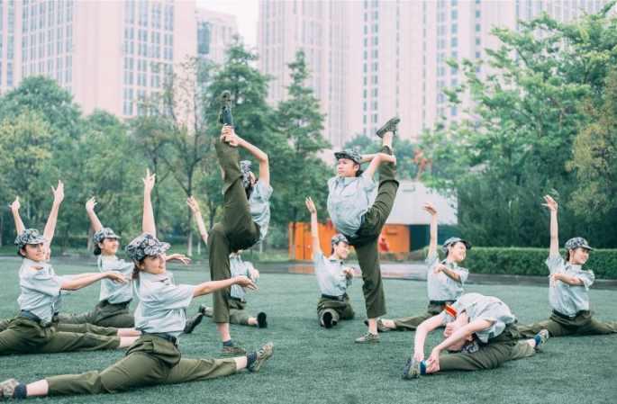 충칭대학교무용전공신입생군사훈련중'무용배틀'