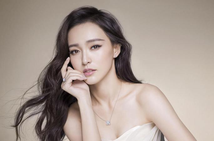 '요조숙녀' 탕옌, 어깨라인 돋보이는 화보