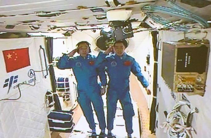中 선저우 11호 우주비행사들, 실험용 우주정거장 톈궁 2호에 진입
