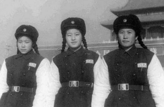 1960년대 톈안먼 앞, '얼짱 여경' 등장으로 시선 집중