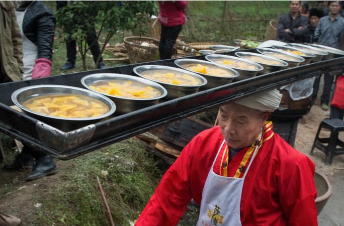 쓰촨 '다펀인(打盆人)', 38년동안 30만 그릇의 반찬 배달, 한번의 실수도 없어