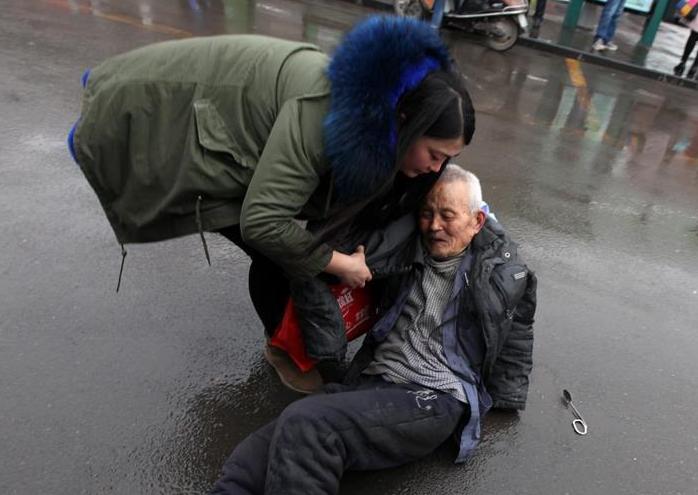 감동받는 순간, 버스 내리다 넘어진 노인을 빠른 속도로 구한 젊은 여자