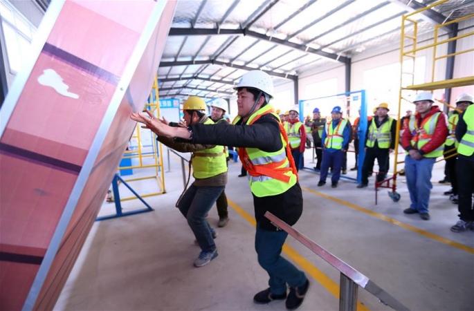 산둥 지뭐(即墨): 건축현장 노동자들의 작업 전 '안전체험'