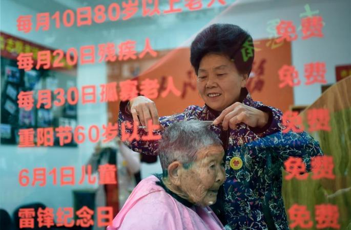 충칭 칠순 노인, 어려운 이웃들 위해 30여 년 간 무료로 이발