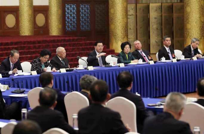 장더장 위원장, 홍콩·마카오 지역 위원들을 위문하고 토론에 참가