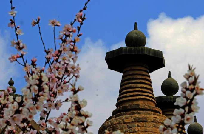 공중에서 부감한 중국에서 현존하는 대형 고탑군----칭퉁샤 108탑