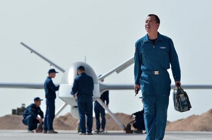 대지 위의 하늘을 비행하다—공군 모실험훈련기지 드론 조종사 리하오의 강군개혁 투신 스토리