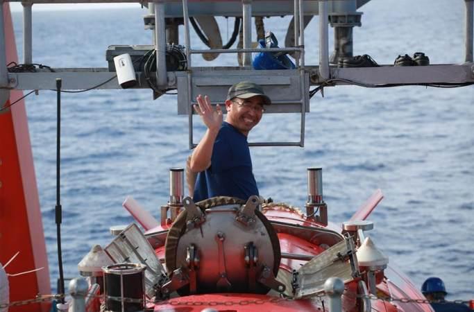 4811미터: 신화사 기자 '자오룽'호에 탑승해 세계 가장 깊은 곳에서 잠수