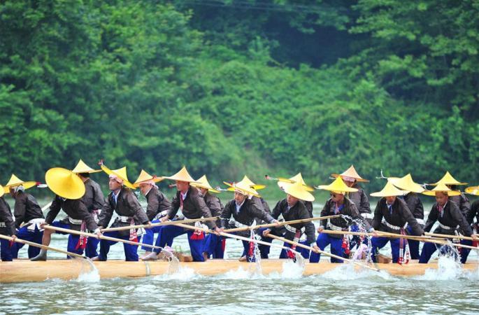 구이저우 먀오족 군중, 드래곤 보트 축제 즐기다