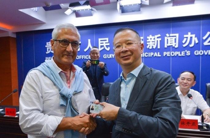 만사노, 구이양 첫번째 A종류 '외국인 중국 근무 허가증' 획득