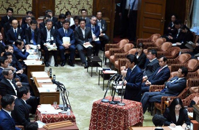 아베 신조, 가케학원 스캔들로 국회 심의에 출석