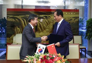 신화사와 연합통신사가 공동 주최하는 사진전 양해각서에 서명