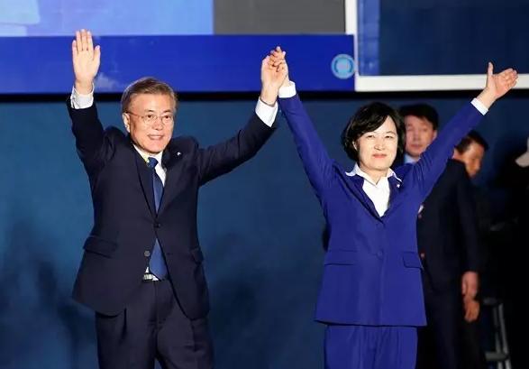 문재인 韓 대통령 취임 100일, 내정과 외교 완전 딴판인 두 세상