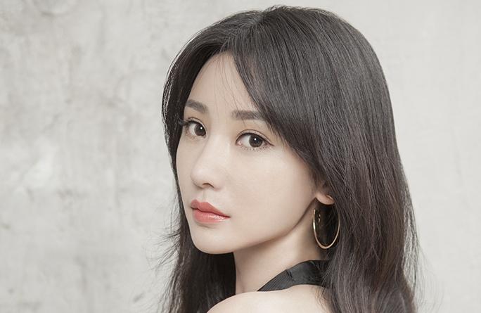 류옌 흑백홍 화보, 단색 매력 선보여