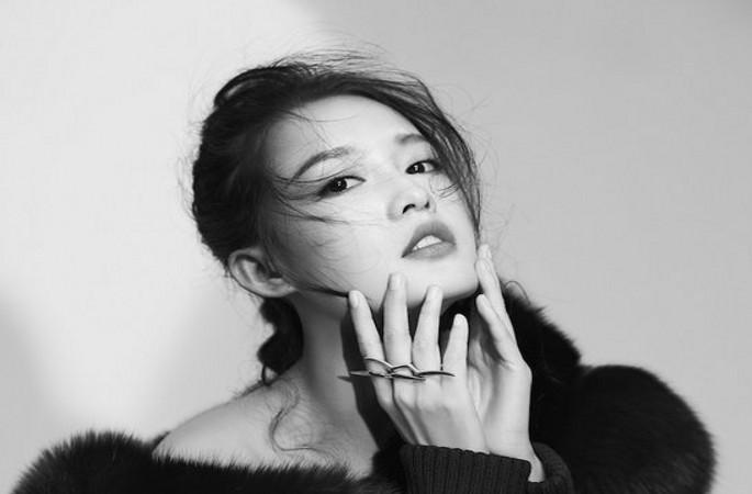 리친 매거진 표지 장식...흑백색으로 심플한 스타일 선보여