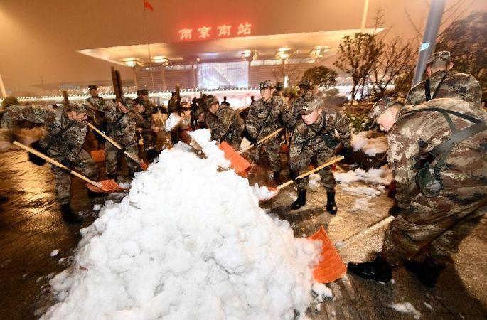 중국인민해방군, 장병 만여 명 출동해 장쑤·안후이 빙설 제거 작업 지원