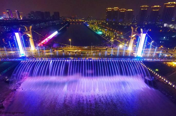 항공 촬영한 난징 '왕훙교'…다리에서 화려한 분수∙조명쇼 펼쳐져
