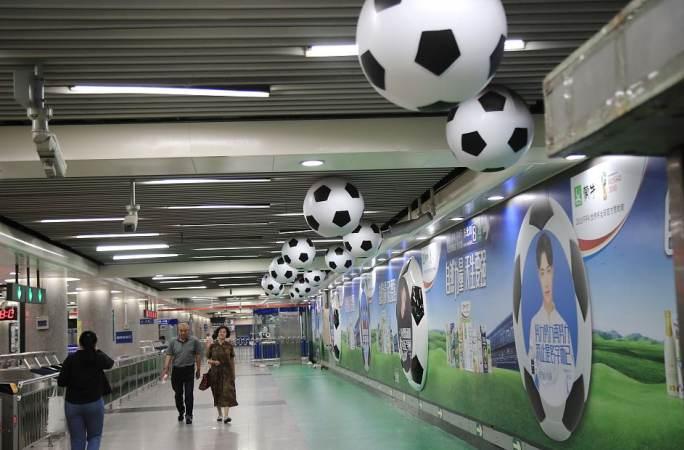 베이징 지하철역 축구공 매달아 '월드컵' 붐업