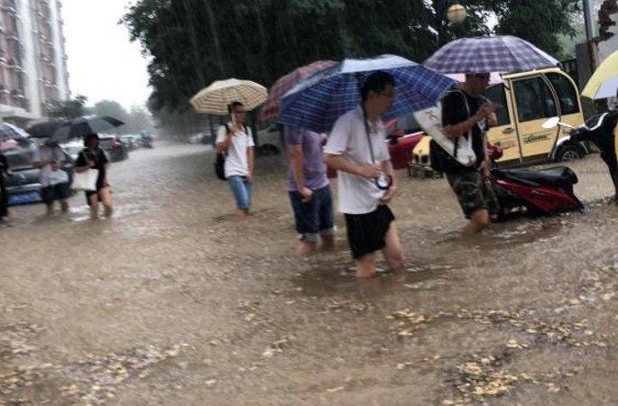 """베이징 시내 폭우로 """"물바다"""", 물이 종아리까지"""