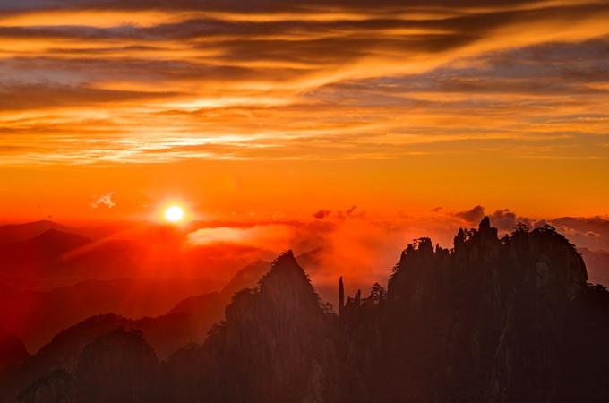 황산 일출…붉게 물든 뭇 봉우리 산색 장관 이뤄