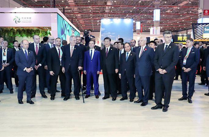 시진핑 中 국가주석, 제1회 중국국제수입박람회에 참석한 외국 정상과 함께 전시관 순시