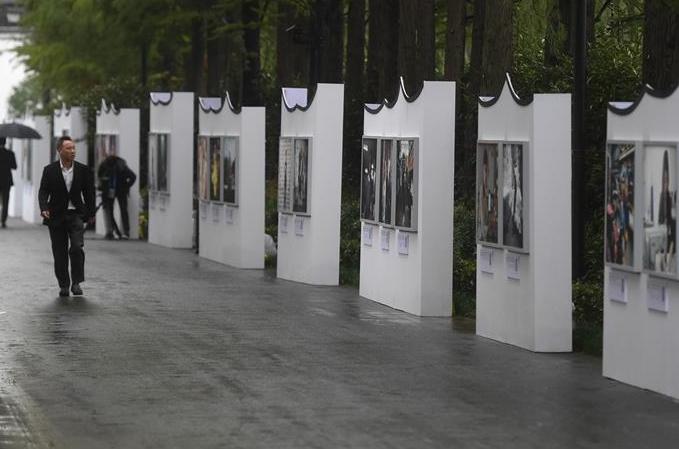 인터넷에 의해 바뀐 '100명의 표정' 사진전 우전에 등장
