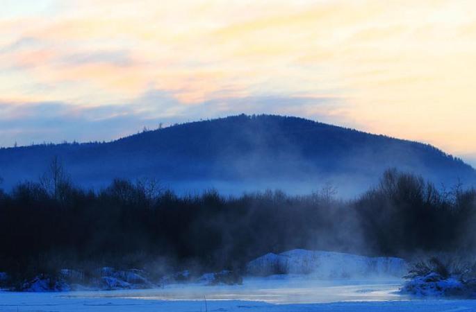 헤이룽장 다싱 안링:얼음 강 자욱하게 덮은 아침 햇살