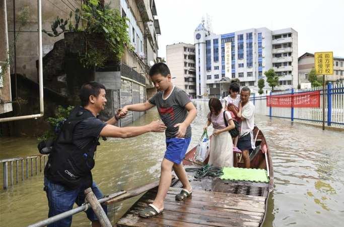 홍수 피해민 구조에 여념이 없는 자원봉사자들