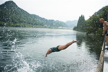 한여름에 즐기는 '겨울 수영'