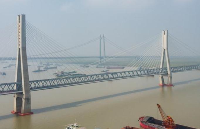 '중국지혜'로 일떠세운 '철강 장성 위의 명주'—곧 개통될 하오지철도 둥팅호대교 탐방