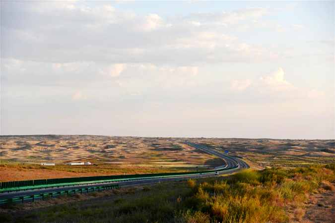 쿠부치 사막을 지나가는 3개 도로 개통