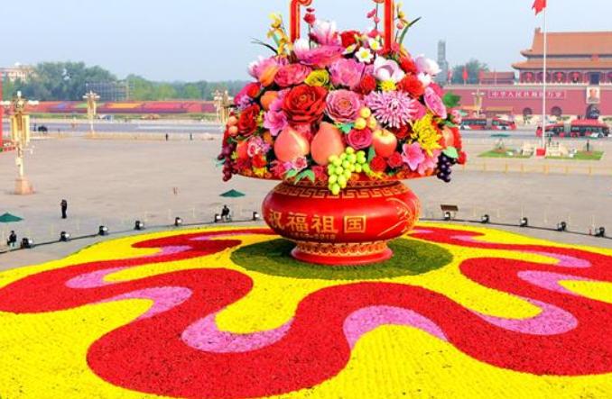 7시간 만에 설치 완료!...높이 18미터 대형 '꽃·과일바구니' 톈안먼광장에 등장
