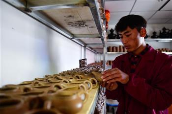 칭하이 반마: 특색산업 전통 흑도로 소득증대 앞장