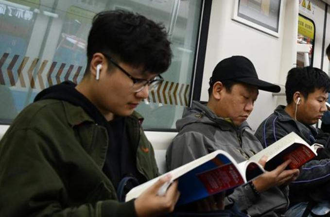 톈진: 지하철 안 도서 비치…책 읽는 지하철