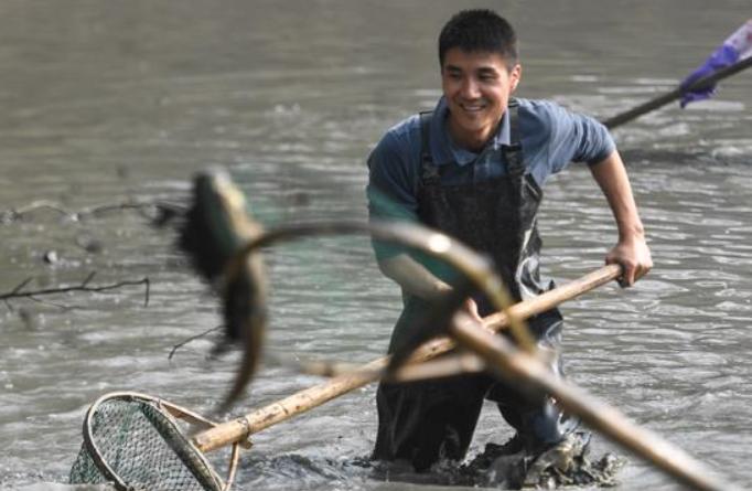 항저우: 물 뺀 저수지서 고기잡이 체험